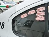 Policijos departamento nuotr./Antikorupcinės akcijos lipdukais papuošti policijos tarnybiniai automobiliai