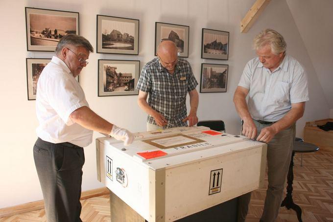 Aurelijos Kripaitės/15min.lt nuotr./Istorinis dokumentas Klaipėdą pasiekė specialioje dėžėje.