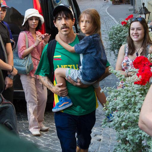 Martyno Siruso/adfoto.lt nuotr./Red Hot Chili Peppers vokalistas Anthony Kiedis su sūnumi Lietuvoje