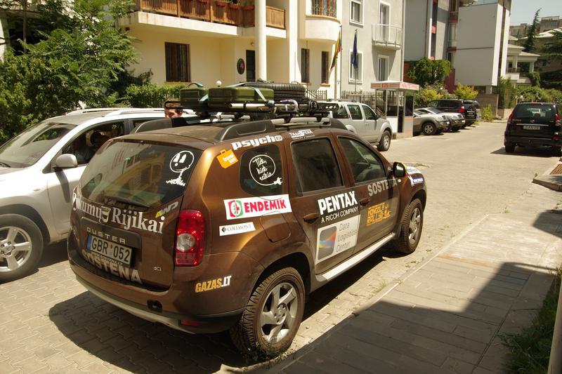 """""""Dykumų rijikai"""". """"Dacia Duster"""" Lietuvos ambasadoje Gruzijoje"""