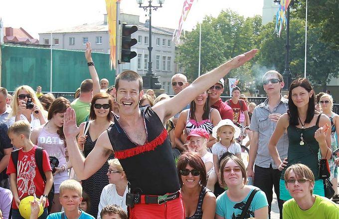 Irmanto Gelūno/15min.lt nuotr./Jūros aventėje svečius linksmina cirko artistai.