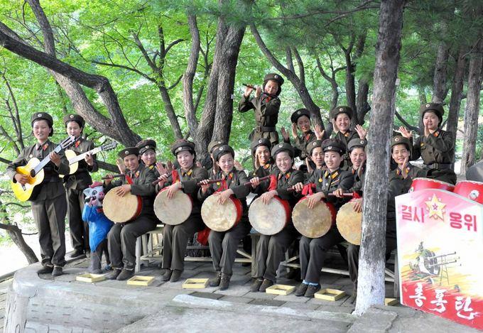 Reuters/Scanpix nuotr./`alies vadovą sveikino merginų-karių kolektyvas.