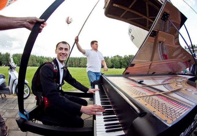 Irmanto Gelūno/15min.lt nuotr./Pianistas koncertavo vira Vilniaus skrendančiu fortepijonu.