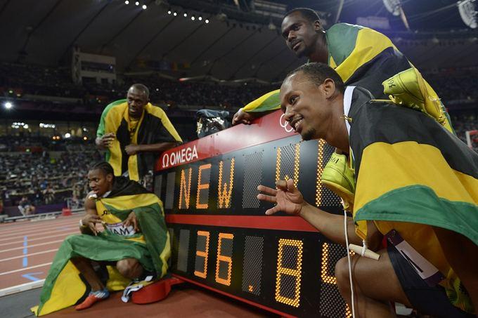 """""""Scanpix"""" nuotr./Jamaikos bėgikai Usainas Boltas, Yohanas Blakeas, Michaelis Frateris ir Nesta Carteris laimėjo ausko medalius 4x100 m bėgimo estafetėje"""