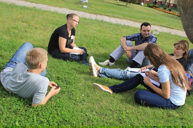 Savaitgalį Šventojoje posėdžiavęs jaunimas tikino, kad didžiausia problema pajūryje – stokojama vietų, kur būtų galima turiningai leisti laisvalaikį.