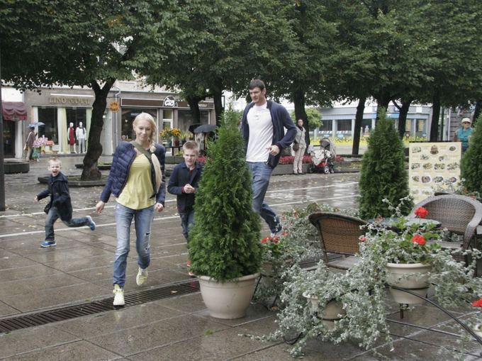 Vaido Grudžio nuotr./Darjuaas ir Edita Lavrinovičiai su sūnumis per lietų