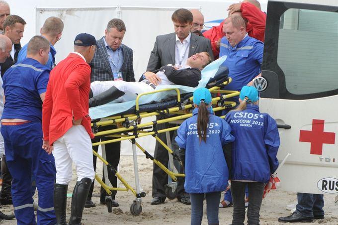 RIA Novosti/Scanpix nuotr./Benas Gutkauskas neaamas į greitosios pagalbos automobilį.