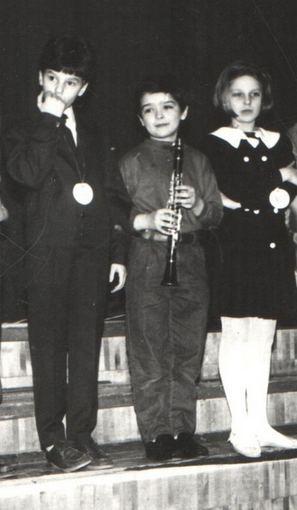 Asmeninio albumo / Žmonės.lt nuotr./Šarūnas Kirdeikis (centre) mokyklos laikais