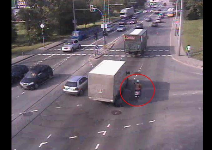 Persirikiuodamas sunkvežimio vairuotojas nepastebėjo greta važiavusio motorolerio.