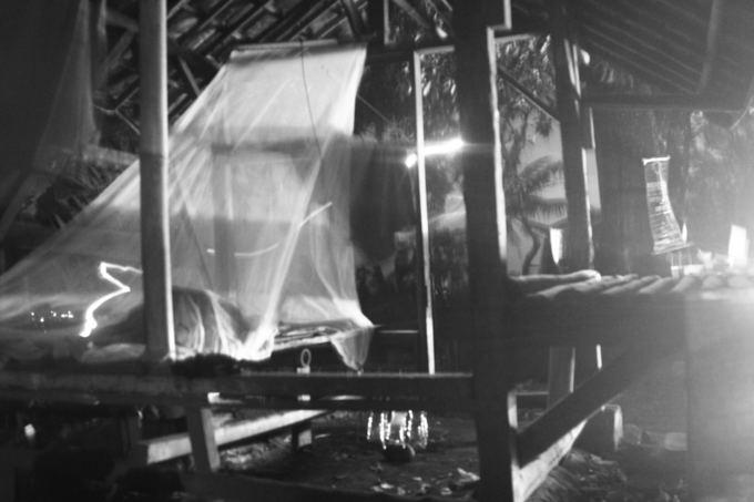 Evelinos ir Karolio nuotr./Naktis po tinklu nuo uodų. Sunkus miegas, nes medinis gultas kuriuo naudojomės buvo labai arti pagrindinio kelio