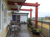 Dovilės Tuskenytės nuotr./Senelių namai Norvegijoje. Stiprūs lietūs dažnai neleidžia išeiti į terasą, tačiau esant geram orui senukai čia mėgaujasi saule.