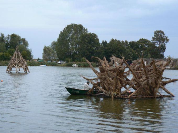 Auaros Mikalauskienės nuotr./Visą vasarą nendrinės skulptūros plaukiojo Gintaro įlankoje.