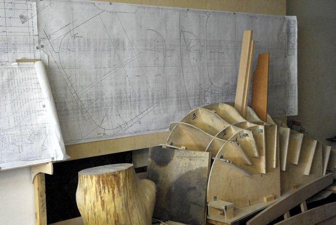 Tomo Digaičio/GAZAS.LT nuotr./Pagal brėžinį gaminami mediniai karkasai, ant kurių lenkiamas plienas