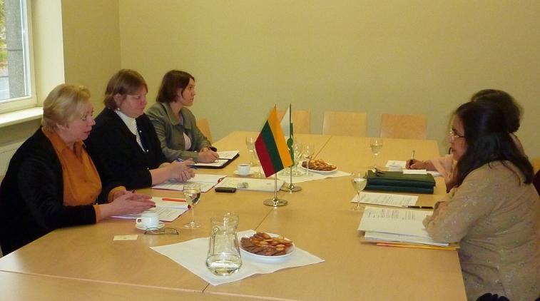 I. Marčiulionytė (kairėje) ir A. Riyaz (dešinėje) su Lietuvos ir Pakistano delegacijomis.