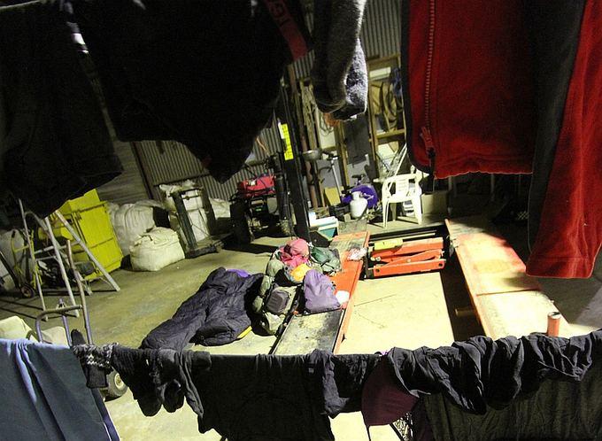 Evelinos ir Karolio nuotr./Miegas mokyklos autobuso vairuotojo garaže.