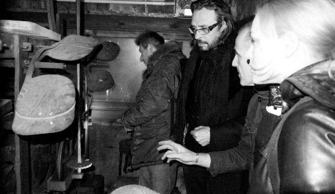 Tomo Ivanausko nuotr./Spektaklio Katedra kūrėjai lankėsi Arkikatedros laikrodžio mechanizmo celėje. Ia kairės Arūnas Sakalauskas, scenografas Vytautas Narbutas, laikrodininkas ir Toma Vaakevičiūtė