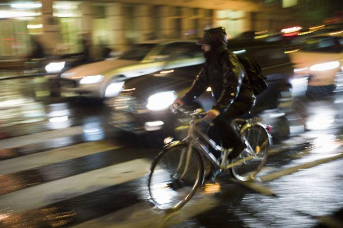 AFP/Scanpix nuotr./Dviratininkas Paryžiaus gatvėse