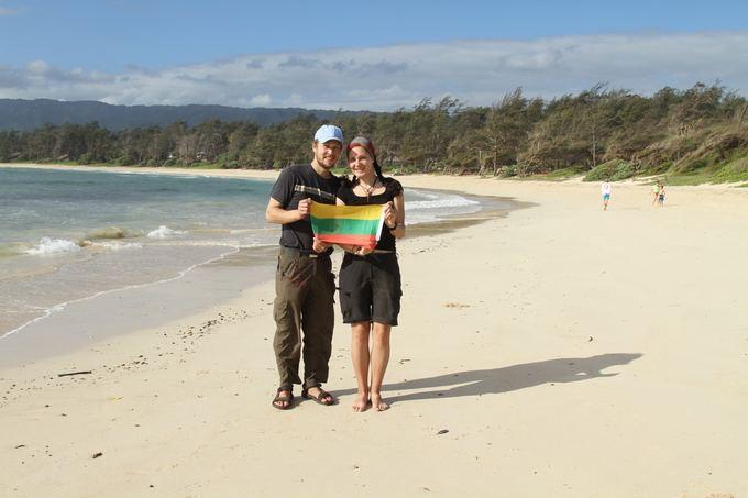 Karolio ir Evelinos nuotr./Su trispalve prie Ramiojo vandenyno