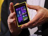 Reuters/Scanpix nuotr./Microsoft generalinis direktorius Steveas Ballmeris demonstruoja Nokia Lumia 920 telefoną, kuriame įdiegta Windows Phone 8 operacinė sistema.
