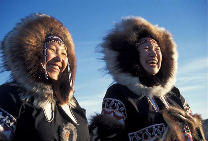 Scanpix nuotr./Čiabuvės tradiciniais kostiumais