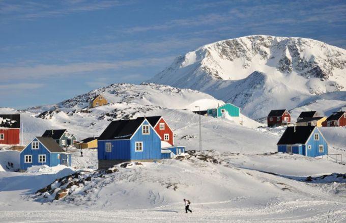 Fotolia nuotr./Tipiakas Grenlandijos vaizdas - baltame sniege boluojantys spalvingi mediniai namukai