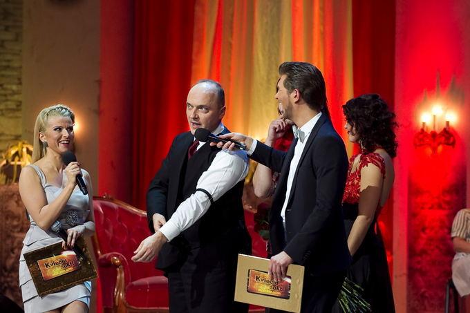 Viganto Ovadnevo/Žmonės.lt nuotr./Giedrius Drukteinis demonstruoja specialų raiatį marakinių rankogaliams prilaikyti