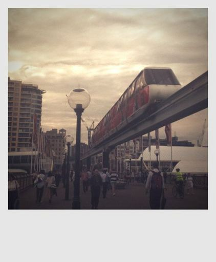 Medeinos Čijauskaitės nuotr./Sidnejuje populiariau už dviratį net traukiniai. Bet fone matosi ir dviratininkas su labai jau ryakia liemene