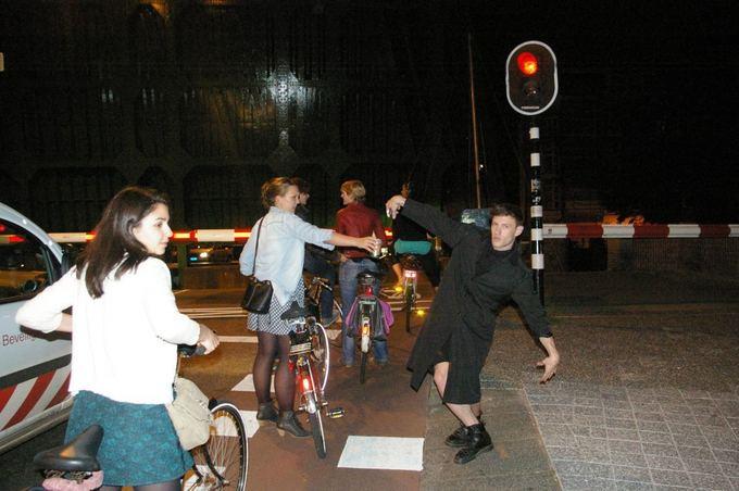Medeinos Čijauskaitės nuotr./Pakeliui i vakarėlį Olandijoje, belaukiant kol nusileis tiltas