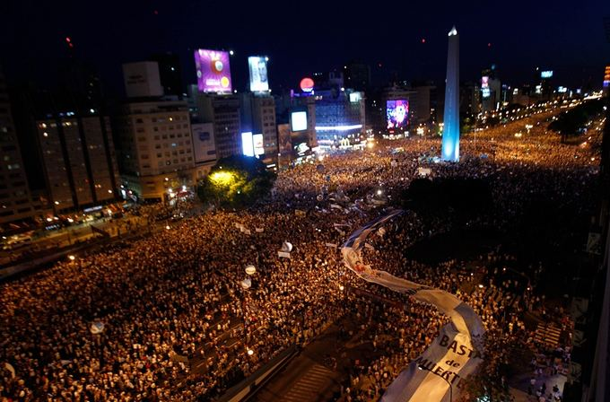 Reuters/Scanpix nuotr./Buenos Airėse susirinko tūkstančiai protestuotojų.