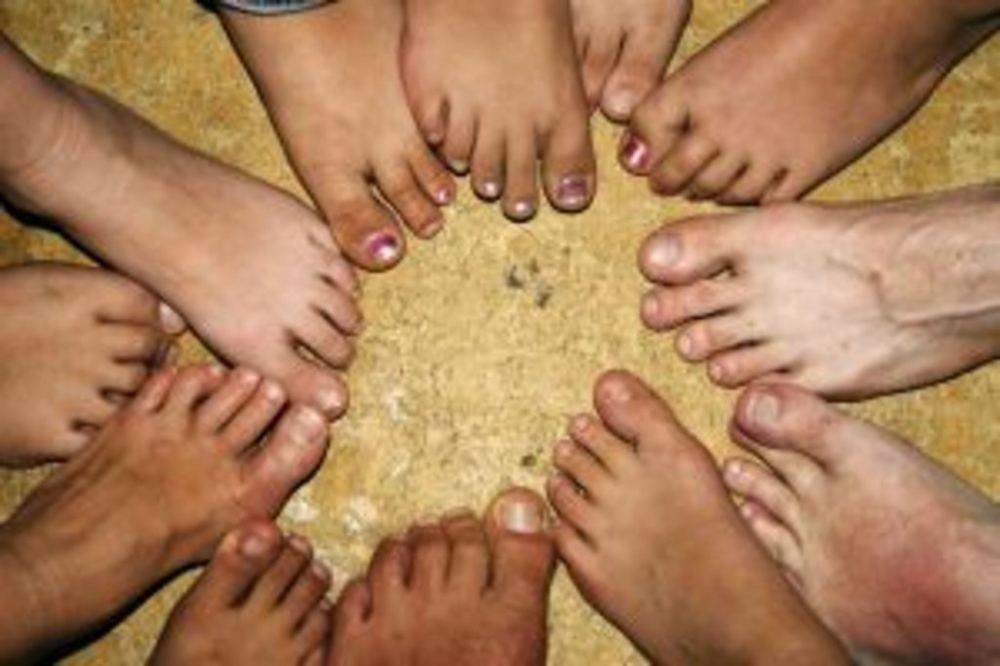 девушки моют ножки