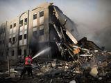 """AFP/""""Scanpix"""" nuotr./Raketos pataikė į Vidaus reikalų ministerijos pastatą Gazoje"""