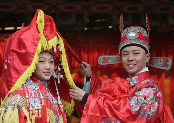 Scanpix nuotr./Tradiciniai kiniaki tuoktuvių drabuziai