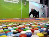 I. Ripinskytės nuotr./Iš 12 tūkstančių kamštelių studentai sukūrė milžinišką mozaiką