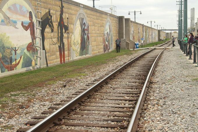 Evelinos ir Karolio nuotr./Svarbiausiais istoriniais momentais iapaiayta Keip Džirardo (Cape Girardeu) siena, sauganti miestelį nuo potvynių