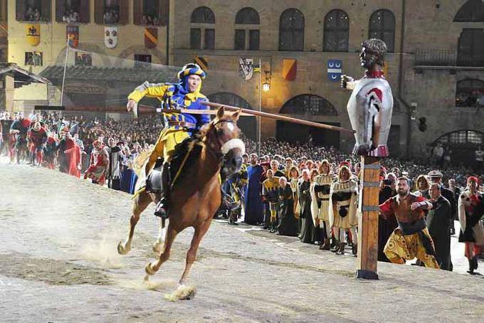 Nuotr. ia redakcijos archyvo/Italijoje iki aiol rengiami riterių turnyrai, panaaūs į tuos, kuriame 1586 metais nugalėjo T.Lackis