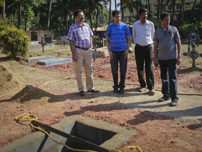 Reuters/Scanpix nuotr./Naaliu tapęs vyras (antras ia kairės) lankosi kapinėse, kur bus palaidota žmona.