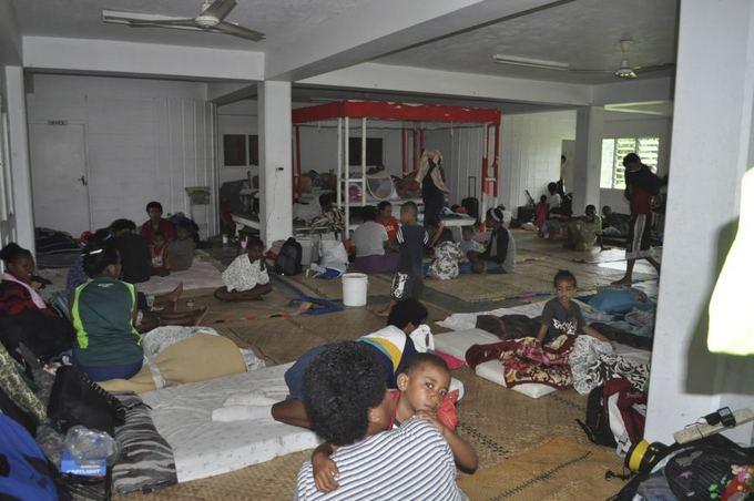 Reuters/Scanpix nuotr./Žmonėms tenka glaustis evakuacijos centre.