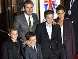 Davidas ir Victoria Beckhamai su sūnumis Romeo (kairėje), Cruzu (viduryje) ir Brooklynu (deainėje)
