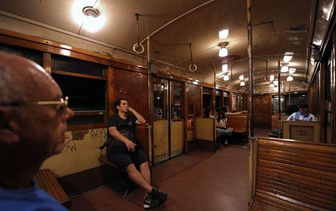 AFP/Scanpix nuotr./Buenos Airių metro vagonaiskaičiuoja aimtmetį.