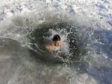Scanpix nuotr./Kazachas maudosi šaltame Ilio upės vandenyje.