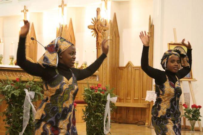 J.Andriejauskaitės/15min.lt nuotr./Su misionieriumi į Lietuvą atvykęs Ruandos jaunimas bažnyčioje ir aoko, ir dainavo.