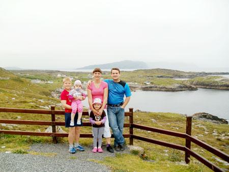 Genovaitė ir Virgilijus Merkeliai su savo vaikais – 12 metų Pauliumi, 6 metų Evelina bei 3,5 metų Ievute – prisijaukino Airiją, tačiau vis dar nenubraukia galimybės sugrįžti ir į gimtinę.