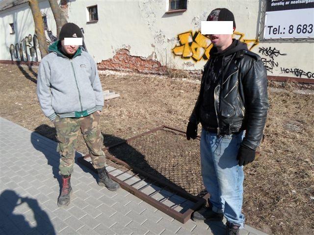 Du vyrai aiškino, kad metalinę tvorą rado numestą.
