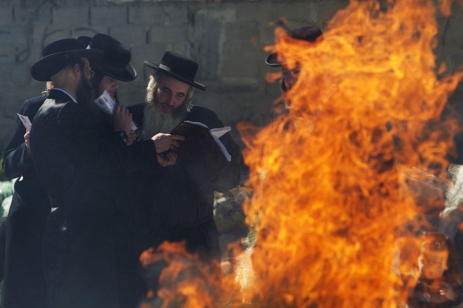 Prieš prasidedant Paschai žydai sudegina visą raugintą maistą.