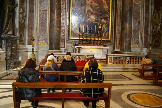 M.Čijauskaitės nuotr./Bazilikoje prie popiežiaus Jono Pauliaus II kapo žmonės meldžiasi