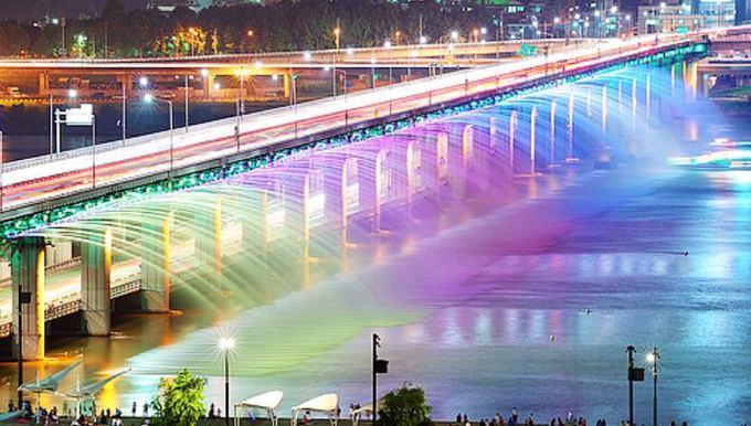 Visitseoul.net nuotr./Vaivorykatės tiltas Seule  ilgiausias pasaulyje tiltas fontanas