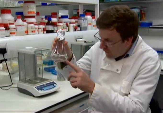 Profesorius Charlesas Cockellas demonstruoja žemės mikroroganizmą sugebėjusį išgyventi kosmose