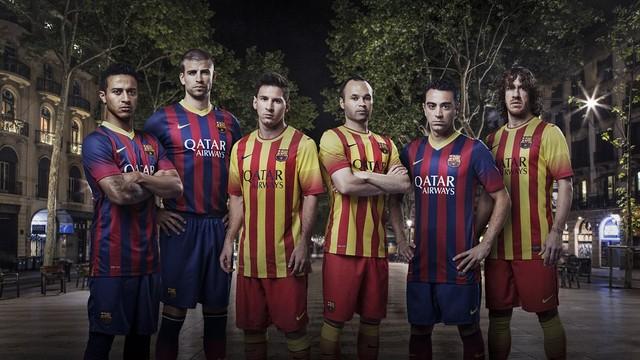 """""""Barcelona"""" futbolininkai su naujais marškinėliais."""