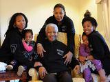 AFP/Scanpix nuotr./Nelsonas Mandela su dukterimis