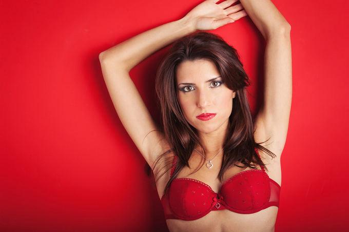 Raudoni drabužiai ypač traukia vyrų dėmesį